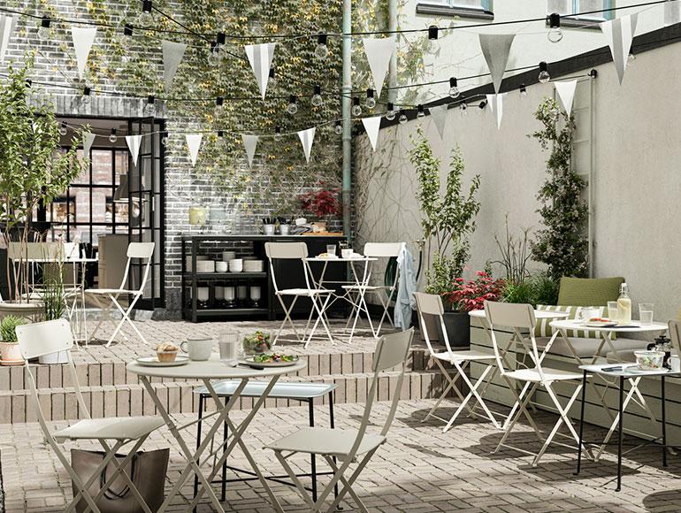 Una cafetería al aire libre cálida y acogedora