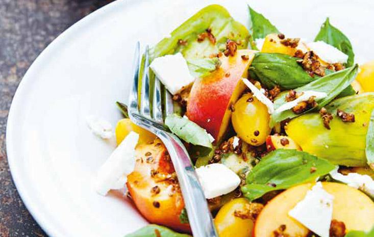 Ensalada de nectarina y tomate con taklia